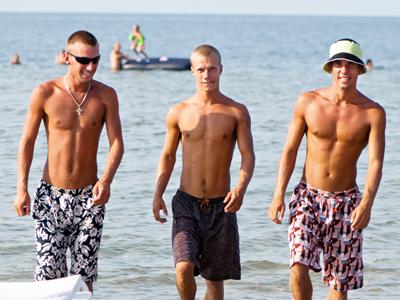 בחוף הים זה לגיטימי שתסתובבו בלי חולצה. אצלי בסלון לא (צ' - shutterstock)