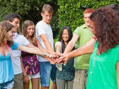 חבורה של סטודנטים מצליחים (צ'- shutterstock)