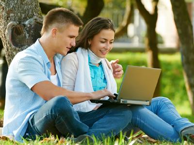 ואולי המקום הכי טוב להכיר בת זוג הוא בכלל בדשא (צ' - shutterstock)