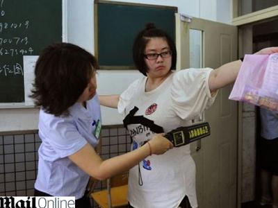 נערכים פיזית לבחינה. סטודנטים בסין (צ' - דיילי מייל)