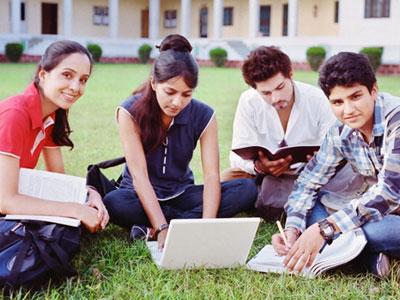 היום הראשון ללימודים, איפה הרוב באוניברסיטה או במכללה? (צ'- shutterstock)