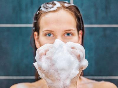 ניסה לצלם בחורות באמבטיה של המעונות (צ'- shutterstock)