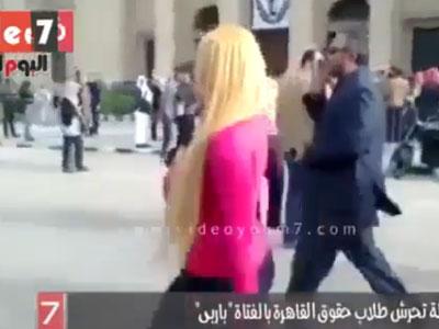 הסטודנטית לבושה בורוד באוניברסיטת 'קירו' (צילום מסך 'דה אינדפנדנט')
