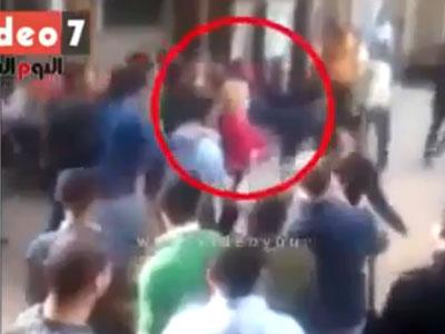 הסטודנטית והבחורים שהקיפו אותה באוניברסיטה (צילום מסך 'דה אינדפנדנט')