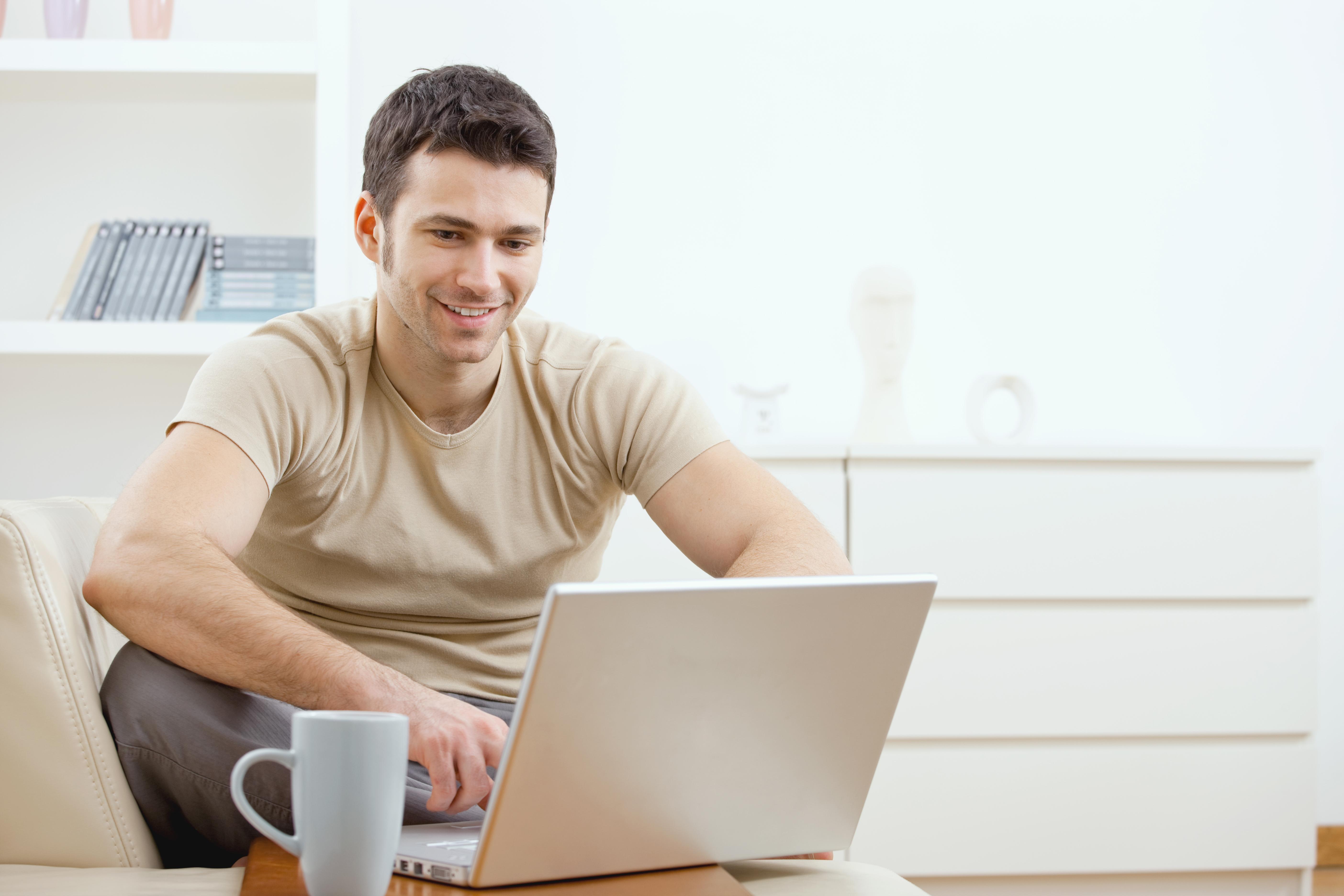 לא בא לכם לקום מהספה? אתם יכולים להמשיך לשבת וללמוד לתואר אקדמי באמצעות הרשת (צילום: shutterstock)