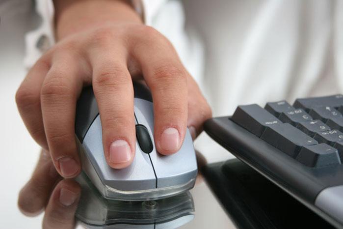 מלמדים אזרחים ותיקים להשתמש במחשב (צ'- shutterstock)