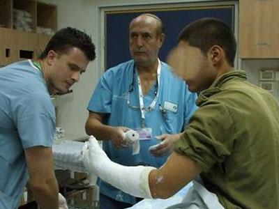 """הסטודנטים מטפלים בחיילים פצועים (צ'- אסר""""ן)"""