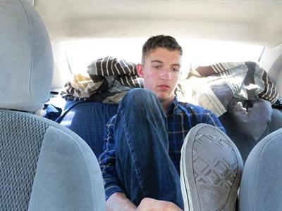 אשבי במכונית, מי אמר שהדור של היום מפונק? (צילום מסך: Dayli mail)