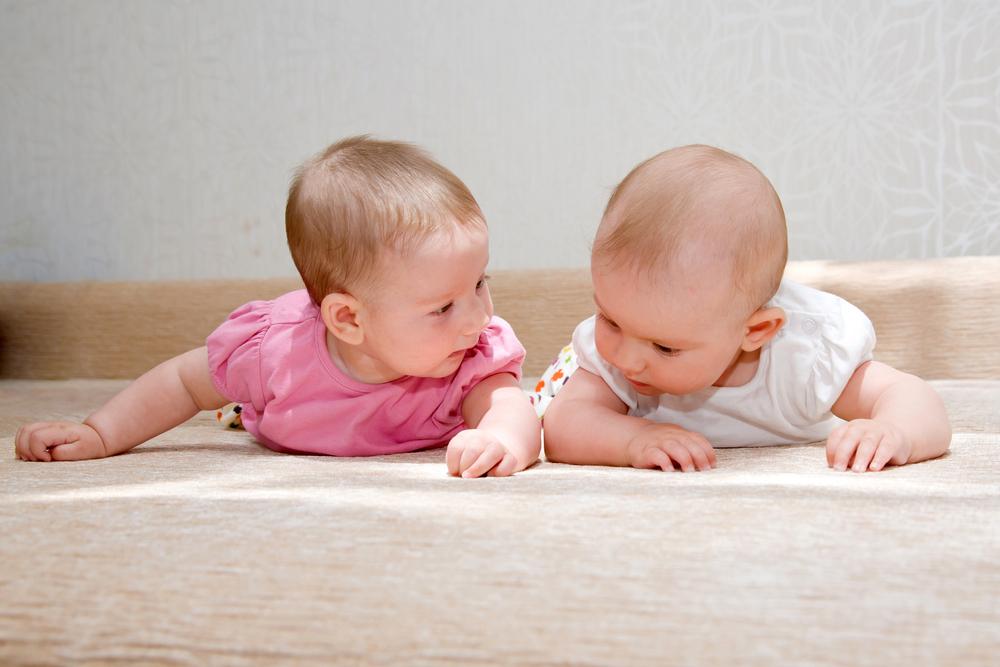איך מפעילים תינוקות בתנועה? (צ'- shutterstock)