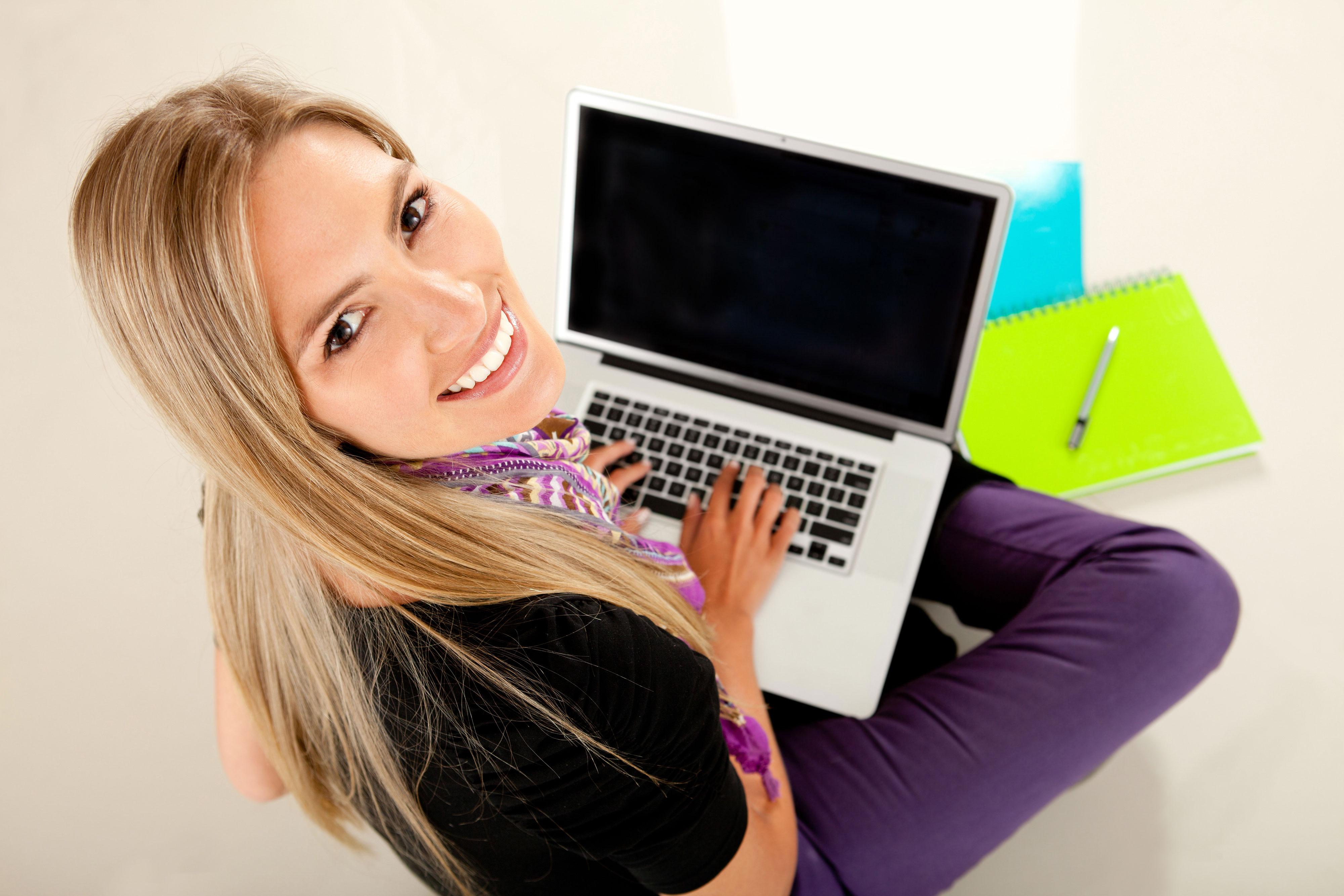 יש סטודנטים שמעדיפים להגיש עבודה על פני מבחן (צ'- shutterstock)