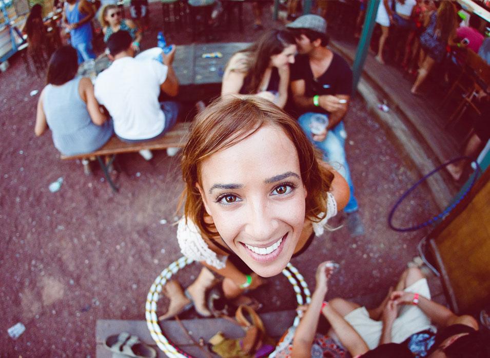אנשים מהקיבוץ, סטודנטים מהמכללה וקהל מהמרכז, הסצנה בדוריס (צ'-דימה חבר)