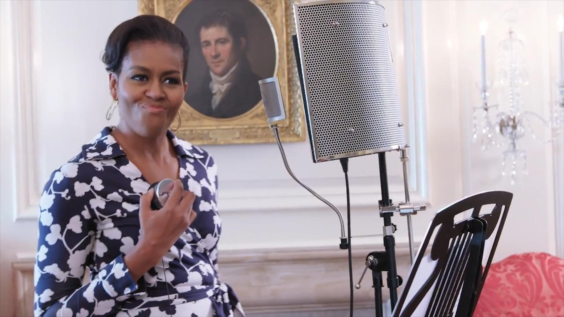 (מישל אובמה נותנת בראש, צילום מסך: יוטיוב)