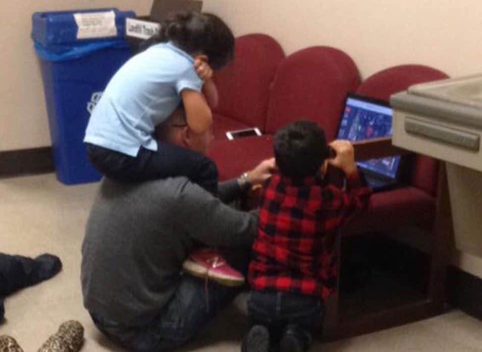 הפרופסור שמר על הילדים בזמן שהסטודנטית ניגשה למבחן (צ' מסך - פייסבוק, Victoria Henry)