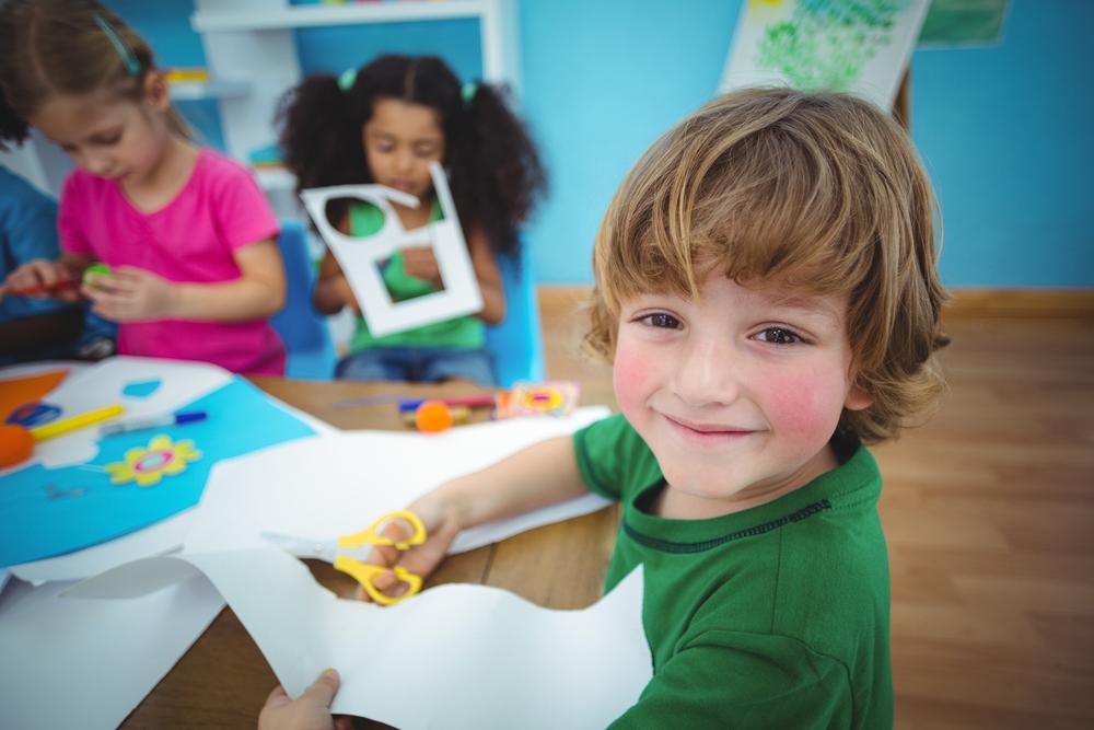 הילד לומד ליצור את התפאורה להצגות שלו (צילום: shutterstock)