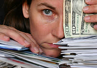 מתמודדים עם הוצאות כלכליות גבוהות ממה שהם מכניסים (צ'- shutterstock)