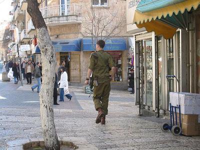 חייל הוא מטרה לגיטימית. לחייל המצולם אין קשר לכתבה (CC-SA)