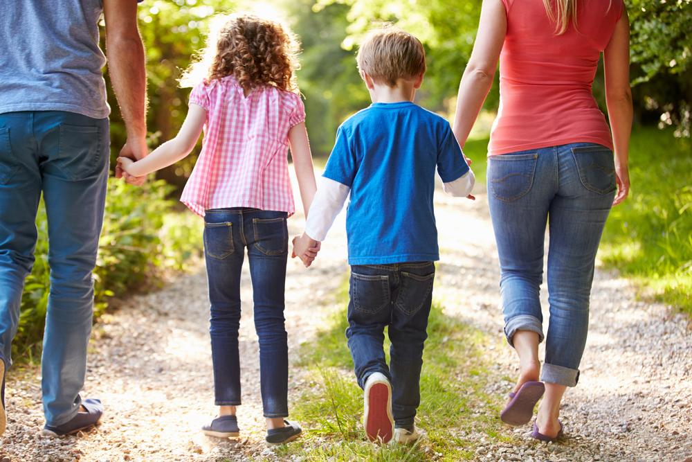 """""""ההורים היום מאוד רוצים להיות חברים של הילדים שלהם, קוראים בכינויי חיבה שונים וכאשר מגיע הרגע לדרוש מהילד לבצע מטלה אז קשה לו עם זה"""", (צילום: shutterstock)"""