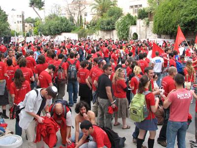 מפגינים מול בית ראש הממשלה. ארכיון (צ' - יורם לימודים)