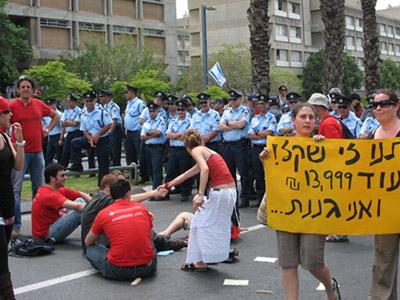 סטודנטים מפגינים בתל-אביב (צ-תמי אייזנברג)