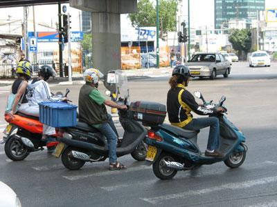 """קטנועים בת""""א. הכלי העירוני המושלם. (רוי רגב)"""