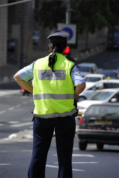שוטרת. עובדי מדינה רבים ביניהם גם שוטרים לא יקבלו הכרה. (ShutterStock)