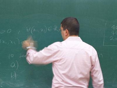 החוקר והלוח. הסטודנטים לא נדרשו לרקע מדעי. (ShutterStock)