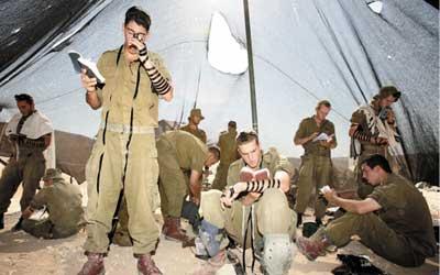 """החיילים בזמן תפילה. בתשע קמים """"ברבאק"""". (עמוס חלפון)"""