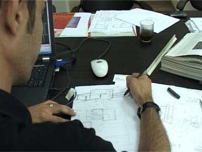 אדריכל בעבודה. מדוע הנהירה לא משפרת את הבנייה בישראל. (צ' - יורם לימודים)
