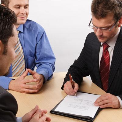 שתי הדרכים העיקריות לממן את הלימודים הן מלגות והלוואות (צ': ShutterSyock)