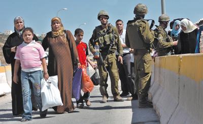 חיילים במחסום. לא גילו קשיים בעקבות השירות. (צ' - חגי הירשפלד)