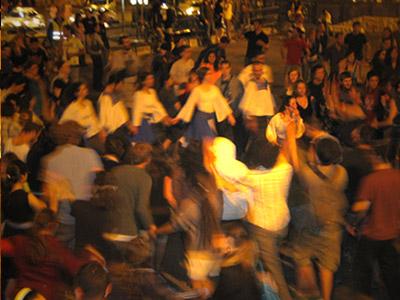 גודשים את רחובות הבירה בריקודי עם (צ' - יעל ללום)