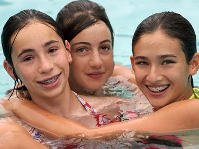 הבנים מנסים להטביע את הבנות, והבנות כמעט ומטביעות את המדריכה