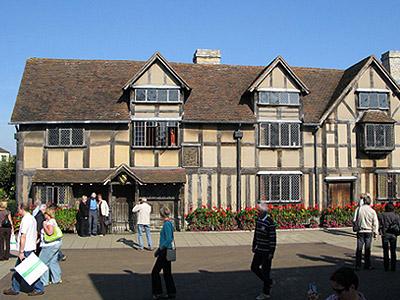 עיירה שהיא כולה מרצ'נדייז. ביתו של שייקספיר בסטרטפורד (צ' - Dave Bullock)