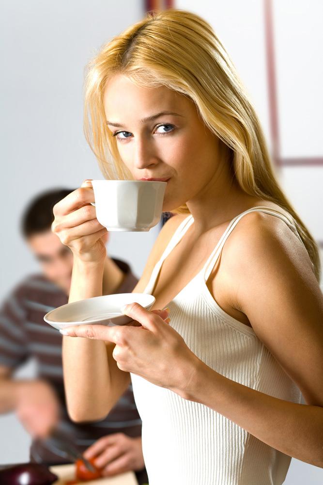 קפה של בוקר בקפיטריה, אולי תספיקו לרכוש כבר חברים חדשים? (צ'- shutterstock)