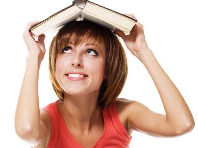 מעניין כמה זמן אצליח להחזיק את הספר ככה? (צ' - shutterstock)