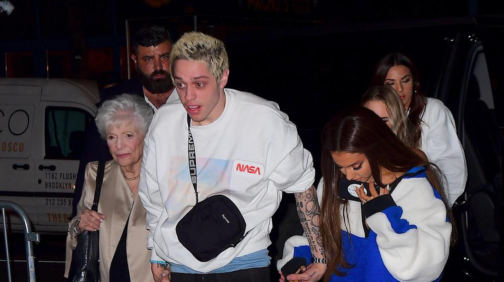 אריאנה גרנדה עם פיט דיוידסון וסבתא שלה. splash