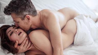 זוג מקיים יחסי מין. ShutterStock