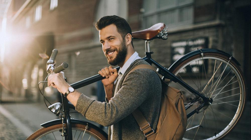 """גבר עם אופניים. חו""""ל,"""