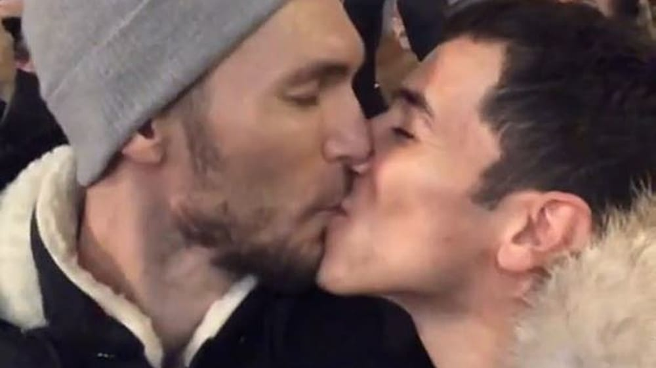 הראל סקעת ועידן רול מתנשקים. צילום מסך