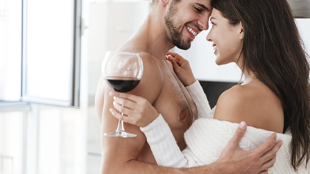 זוג מתחבק ושותה יין. ShutterStock