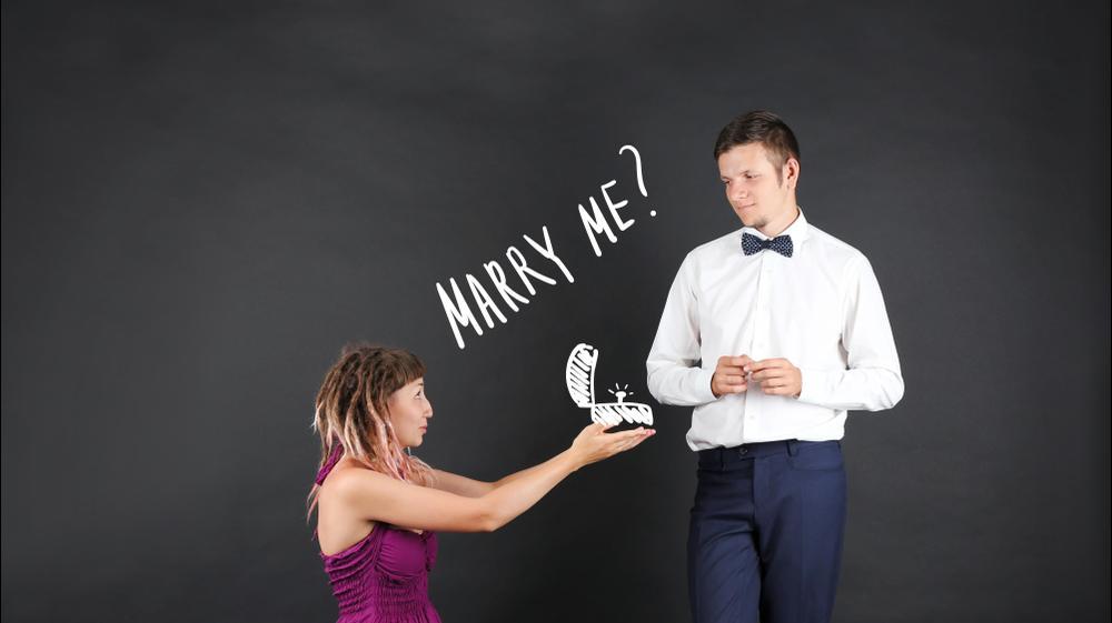 אישה מציעה נישואים. ShutterStock