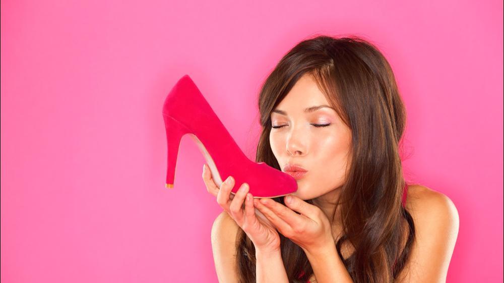 אישה מנשקת נעל. ShutterStock