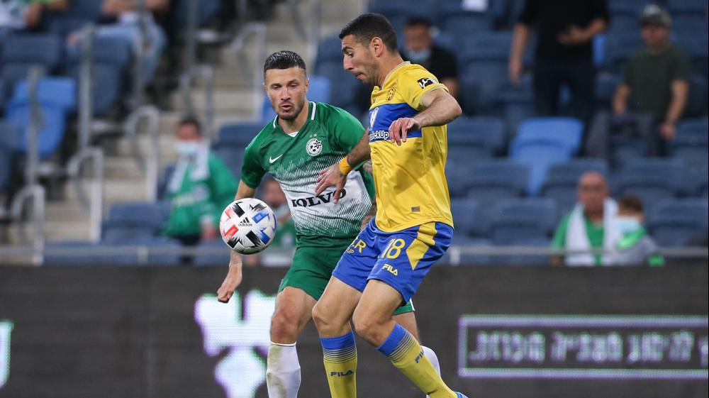 איתן טיבי שחקן מכבי תל אביב לפני ניקיטה רוקאביציה שחקן מכבי חיפה. מאור אלקסלסי
