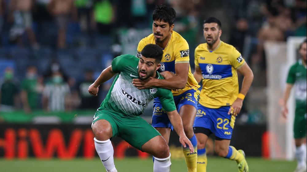 מוחמד אבו פאני שחקן מכבי חיפה מול דור פרץ שחקן מכבי תל אביב. מאור אלקסלסי