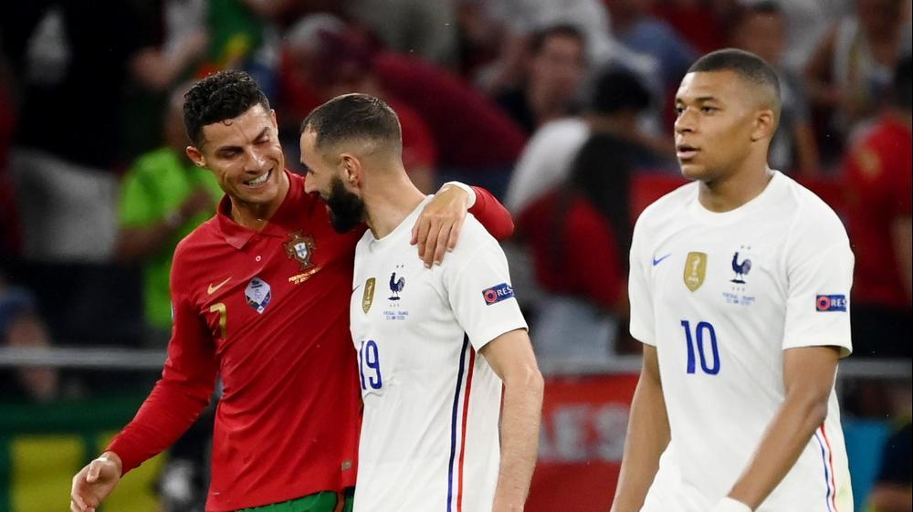 קארים בנזמה שחקן נבחרת צרפת עם כריסטיאנו רונאלדו שחקן נבחרת פורטוגל, מימינם קיליאן אמבפה. רויטרס