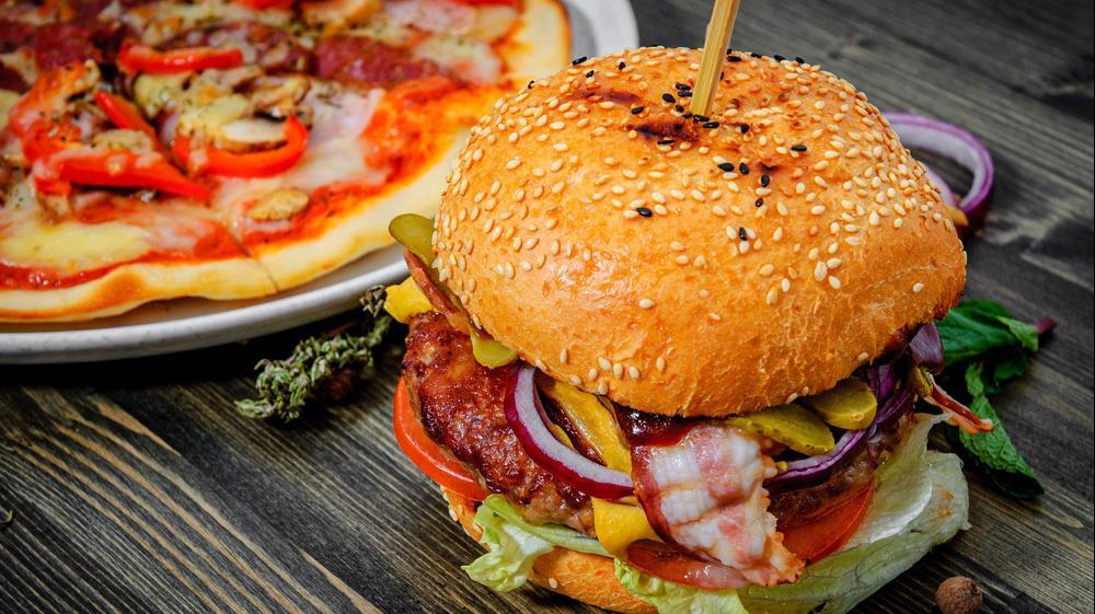 המבורגר עם פיצה. ShutterStock