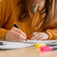 סטודנטית לומדת למבחן. ShutterStock