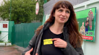 העיתונאית קטסיריאנה ברייסביץ' עם תג צהוב אחרי שחרורה מהכלא בקמרובקה, בלארוס, 19 במאי 2021. AP