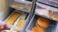 מזנון מלא בפיצות והמבורגרים. tiktok.com/@elifgkandemir, צילום מסך