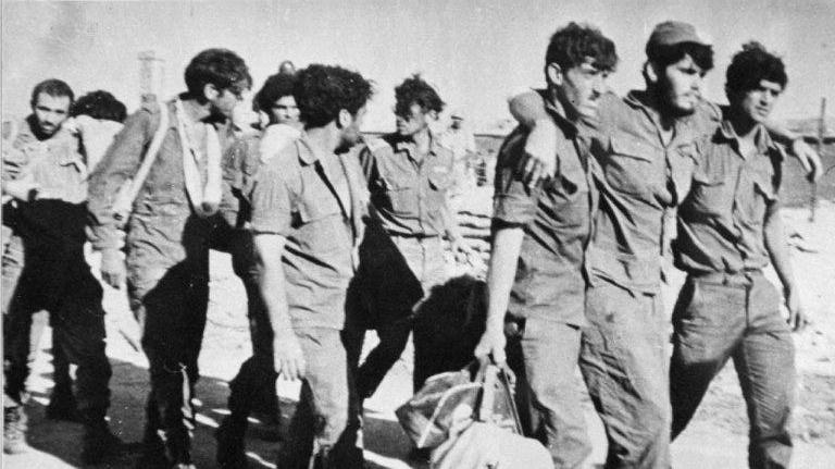 שבויים ישראלים חוזרים ממצרים אחרי מלחמת יום הכיפורים. AP